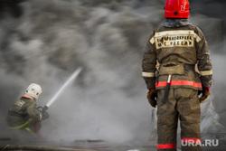 Пожар на улице Карьерной, 30. Екатеринбург, дым, мчс россии, пожарные, пожарная охрана, тушение огня, вода из шланга