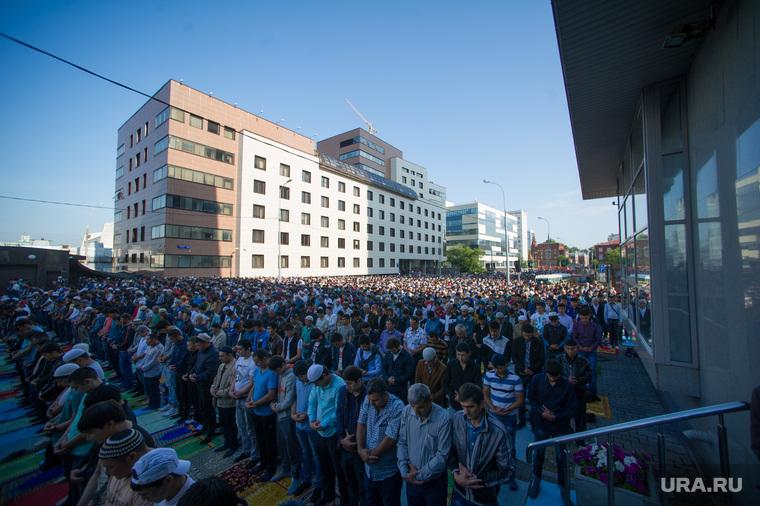 Мусульмане празднуют Ураза-байрам. Москва, намаз