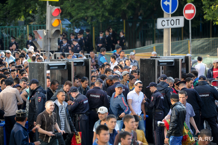 Мусульмане празднуют Ураза-байрам. Москва, досмотр, контроль, рамки