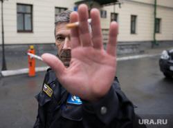 Прибытие единороссов на заседание президиума политсовета на Розы Люксембург, 7. Екатеринбург, охранник, сигарета, закрытая территория, съемка запрещена, рука в объектив