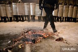 Евромайдан. Киев (Украина), полиция, оцепление, беркут, щиты, угли