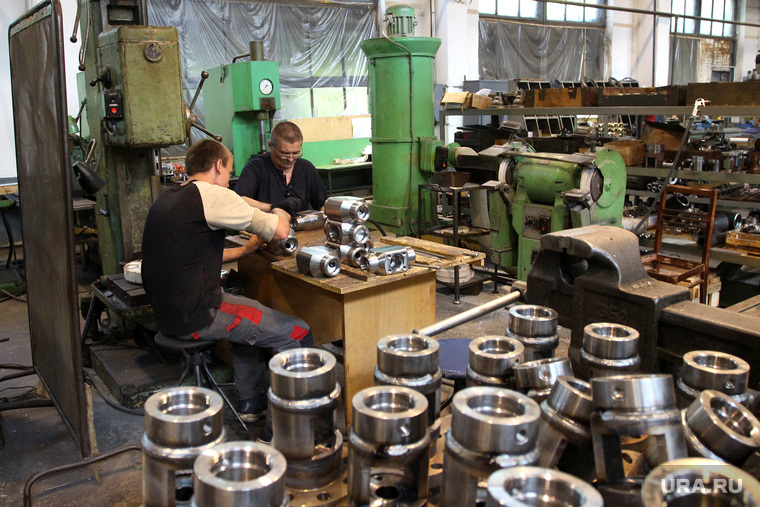 Курганский арматурный завод  Курган, курганский арматурный завод, рабочие в цехе