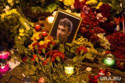 Люди несут цветы на место гибели Бориса Немцова после того, как мемориал был разрушен ночью. Москва, цветы немцов, мемориал, немцов борис фото