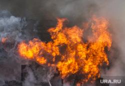 Пожар на улице Карьерной, 30. Екатеринбург, пожар, тушение огня, огонь, пожарные