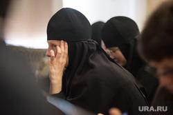 Публичные слушания по строительству ЕКАД. Екатеринбург, монахиня, закрывается рукой, православие