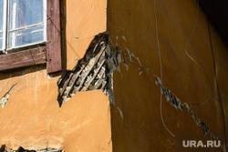 Дома возле Центрального стадиона, приготовленные к сносу. Екатеринбург, трещина на стене