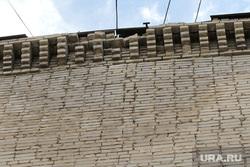 Падающие кирпичи с крыши общежития по улице Станционной 50, кирпичная кладка, мокрая стена