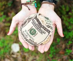 Открытая лицензия 10.06.2015. Деньги., рука, горсть, деньги, доллары