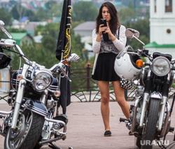Байкеры привезли из автопробега  землю с мест боевой славы Великой Отечественной. Тюмень, девушка, мотоциклы, снимает на телефон
