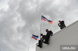 Гражданские блокируют военную технику между Краматорском и Славянском. Украина, донецкая республика, флаги