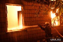 Мариуполь. Мародерство и пожар в поспешно оставленной военными воинской части. Украина, пожар, огонь, ночь, тушение пожара, вечер