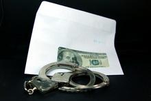 Открытая лицензия на 04.08.2015. Взятка., вхятка, коверт, деньги, наручники, криминал