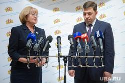 Отчет Евгения Куйвашева перед заксобранием за 2014 год. Екатеринбург, бабушкина людмила, куйвашев евгений, брифинг, микрофоны