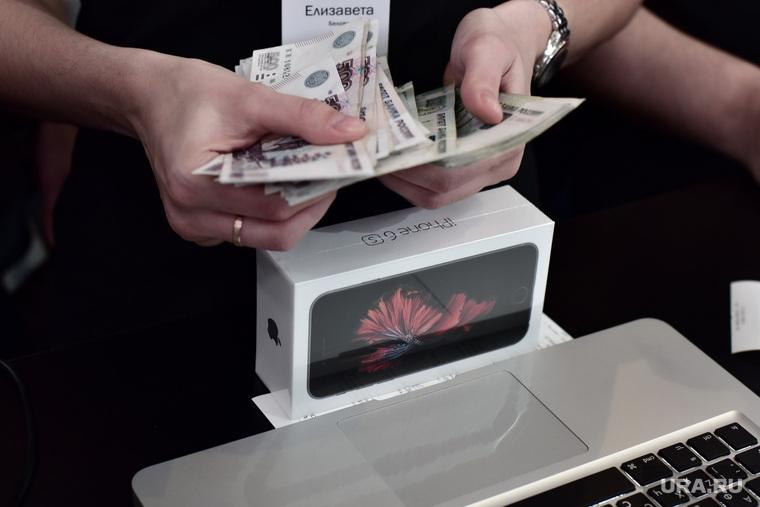 Старт продаж новых iPhone 6s и iPhone 6s Plus. Москва, покупатель, apple, покупка, оплата, деньги