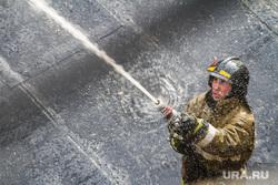 Пожар напротив косульств США и Украины. Екатеринбург , пожарный, вода, брандспойт, тушение огня