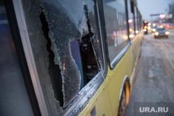 Пожар в троллейбусе на перекрестке Мамина Сибиряка - Малышева. Екатеринбург, выбитые стекла