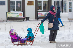 Дети и взрослые. Ханты-Мансийск, ребенок, мама с коляской, санки, дети