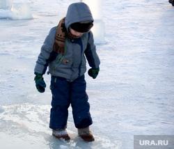 Крещенские купания пляж Бабьи пески Курган, тонкий лед, ребенок на льду