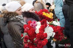 Прощание с Горбенко Спорткомплекс Молодежный Курган , девушки с цветами, цветы