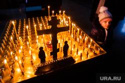 Погребение плащаницы Христа в Свято-Троицком Соборе. Екатеринбург, свечи, крест, церковь, вера, христианство, религия, православие