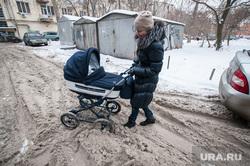 Снег  в Екатеринбурге. Уборка города., грязный снег, мама с коляской, снег на дороге