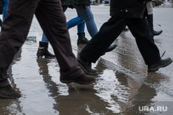 Грязь на улицах Екатеринбурга, пешеходы, грязь на дороге