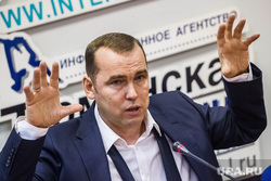 Шумков Вадим, директор департамента инвестиционной политики правительства ТО. Тюмень, шумков вадим, портрет, жест двумя руками