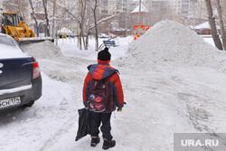 Выезд по уборке снега. Челябинск., двор, школьник