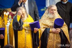 Открытие митрополитом Кириллом Рождественской ярмарки. Екатеринбург, священники, креститься