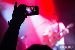 Концерт YOAV в Tele-Club. Екатеринбург, концерт, снимает на телефон