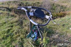 Памятник руль на месте дтп. Челябинск., руль, дтп, авария, цветы