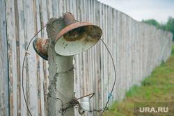 Музей тюрьмы.  Пермь-36. Пермь, зона, отключение, колония, лагерь, сломаный фонарь, нет света, электричество, забор