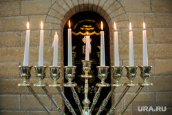 День освобождения Освенцима в екатеринбургской синагоге, свечи, еврей, синагога, ханукия, менора, иудаизм, религия