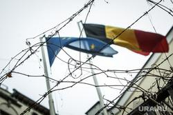 Посольство Бельгии. Москва, колючая проволока, флаг бельгии и евросоюза