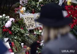 Цветы в память о жертвах терактов в Париже у посольства Франции. Москва, посольство франции в москве