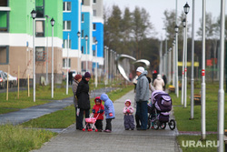 Пермская делегация в Кольцово и в Академическом. Екатеринбург , мамы с детьми, прогулка, коляски, родители