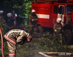 Пожар на Белинского, 163а. Екатеринбург, пожарные, умывание, пожарный рукав, умывает лицо