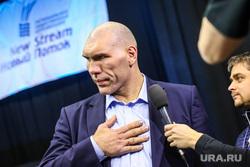 Николай Валуев во время турнира по боксу