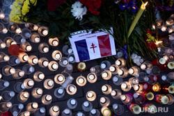 Цветы в память о жертвах терактов в Париже у посольства Франции. Москва, акция памяти, свечи, траур, французский флаг