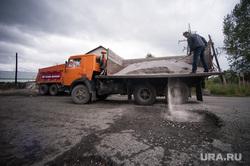 Самостоятельный ремонт дороги, силами дальнобойщиков. Первоуральск, камаз, разбитая дорога, ремонт дороги