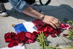 Французское посольство. Москва, цветы, французский флаг, мемориал, французское посольство, теракт в ницце