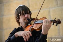 День освобождения Освенцима в екатеринбургской синагоге, скрипач
