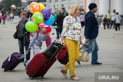 Беженцы с Украины на ЖД вокзале. Екатеринбург, багаж, пассажиры, приезжие