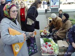 Пенсионер с балалайкой, садоводы. Челябинск., балалайка, пенсионер, старушка, бабушка, садоводы, уличная торговля