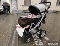 Одиночный пикет учителя против гомофобии. Екатеринбург, коляска, ребенок без присмотра