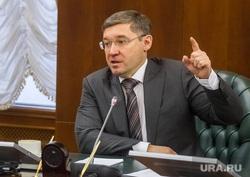 Пресс-конференция губернатора Владимира Якушева итоговая за 2014 год. Тюмень, якушев владимир, указательный палец вверх