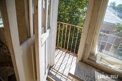 Заброшенная пятиэтажка по адресу: ул. 40 лет Октября, 6. Екатеринбург, разбитые окна, балкон, балконы