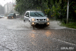 Дождь Курган, автомобиль в луже, дорога затоплена, дождь