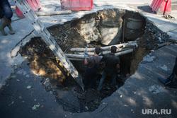 Провалившаяся часть дороги на перекрестке Малышева-Восточная. Екатеринбург, провал, яма, ремонт труб, ремонт дороги, перекресток малышева восточная