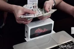 Старт продаж новых iPhone 6s и iPhone 6s Plus. Москва, покупатель, айфон, apple, покупка, оплата, деньги